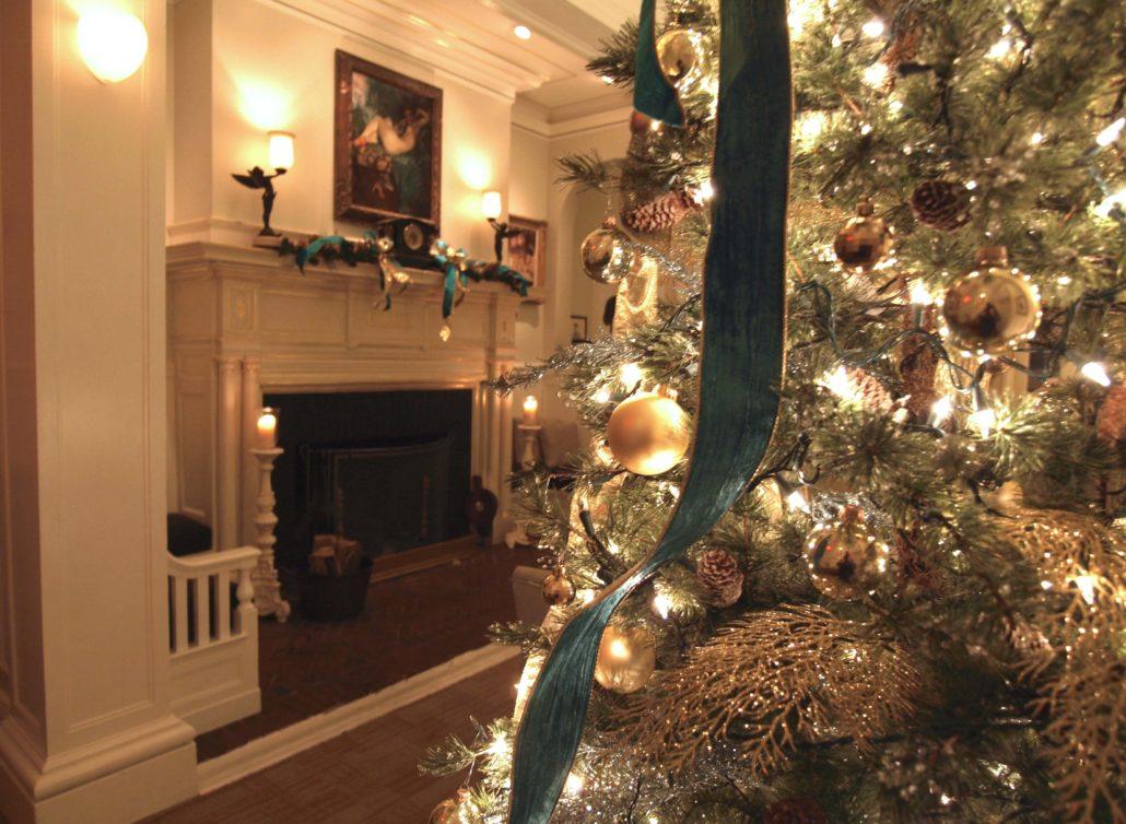 VAnderbilt-Christmas-Tree_Fireplace