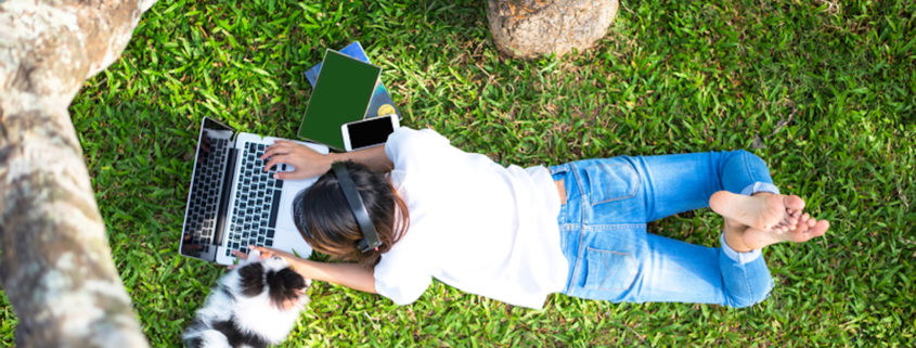 Listening to music and reading in the park © Wanida Prapan | Dreamstime.com