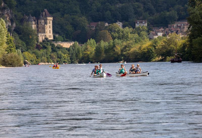 Family canoeing on Dordogne river in La Roque-Gageac, Aquitaine, France © Wieslaw Jarek | Dreamstime.com